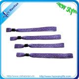 Сделайте все Wristbands цвета для празднества