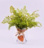 가짜 물을%s 가진 유리병에 있는 인공적인 나물 잎