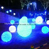A esfera dos presentes do Natal do hotel do diodo emissor de luz ilumina a decoração