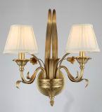 Белая тень светильника ткани с покрашенным металлом бронзовым светильником стены