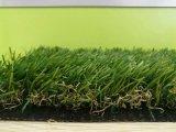 Ajardinando o gramado artificial da grama para o campo de jogos dos miúdos