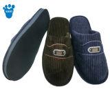 人は柔らかい屋内冬の柔らかいスリッパの靴を暖める
