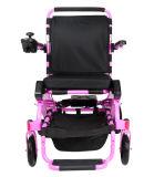 As pessoas adultas do uso do curso fácil carreg a cadeira de rodas de dobramento da energia eléctrica