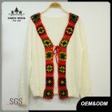 女性はLace-upかぎ針編みのカーディガンの衣類を作る
