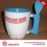 De leuke Ceramische Kop van de Koffie met het Af:drukken van het Embleem van het Beeldverhaal