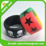 Manera personalizada que hace publicidad de los anillos de dedo coloridos del silicón (SLF-SR016)
