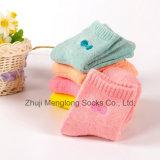 赤ん坊の綿のソックスのEmbrodieryの弓綿のソックスが付いている新生の綿のソックス
