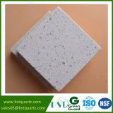 Pietra di superficie solida bianca del quarzo di vendite calde con i grandi chip per la cucina