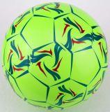 Scherzt das Spielen des aufblasbaren Belüftung-Fußballs