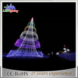 La decorazione esterna illumina l'albero di Natale artificiale del grande cono commerciale