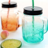 Creatividad con la taza de cristal de la bebida de la maneta