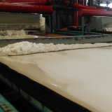 カリウムの硫酸塩の粉が付いているパン切れ肥料