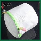 丸型の白いファスナーを絞める網洗浄袋