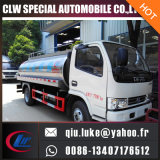 Caminhão do transporte da água bebendo do tanque de Inox