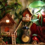 Casa de boneca diminuta de madeira do ofício de DIY com luz para miúdos