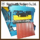 Farbige glasig-glänzende Stahlfliese, welche die Rolle bildet Maschine bildet