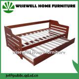 백색 세척에 있는 작은 바퀴를 가진 단단한 소나무 침대겸용 소파