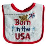 中国の製造者はデザインによって刺繍されたクリスマスの綿のテリーの赤ん坊のエプロン胸当てをカスタマイズした