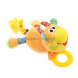 幼児歯生期は製品の商品のプラシ天の人形のおもちゃをもてあそぶ