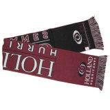 아크릴 뜨개질을 한 클럽 스카프는 스카프를 부채로 부친다