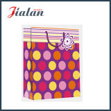 Le papier d'art stratifié lustré pointille et barre le sac de papier de cadeau d'achats