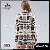 女性の毛深く長い袖によって縁を付けられる格子縞のパターンによって編まれるセーターのコート