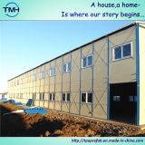 Casa prefabricada del marco de acero en el sitio