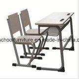 Mesa e cadeira de madeira do estudo da tabela para o estudante
