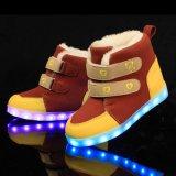I caricamenti del sistema alti classici chiari svegli della neve dei capretti LED, luminosi illuminano in su i pattini 2016 del LED per i bambini