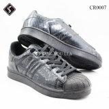 Ботинки идущих ботинок спортов вскользь