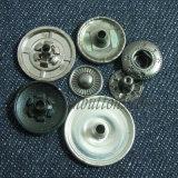 Schiocco su ordinazione dei tasti del fermo della pressa del metallo