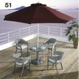 アルミニウムフレームが付いている傘及びスタック可能椅子とセットされる閉じる編まれた屋外の庭のPE藤の家具のダイニングテーブル