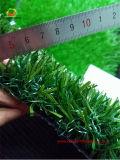 Ajardinando a grama sintética artificial da grama no público