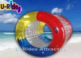 Esfera de rolo inflável colorida da água no lago