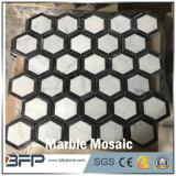 台所および浴室の壁のタイルのための白黒磨かれた六角形の大理石のモザイク