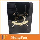 Negro bolsa de papel con el logotipo del sellado de oro caliente de marca