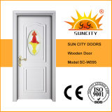 Porta de madeira da cor branca com inserção de vidro