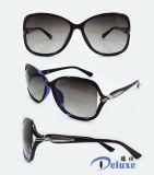 Gafas de sol plásticas de la manera del nuevo diseñador de la marca de fábrica para las mujeres con su insignia (DP1124YZ)