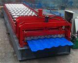 Profissional no rolo hidráulico conservado em estoque da telha de telhado da planta que dá forma à máquina