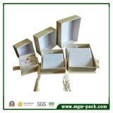 Rectángulo de joyería de papel romántico con la cinta como regalo