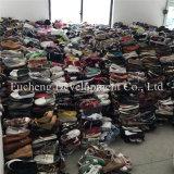 Verwendete Schuhe in der Ballen-Masse und verwendete Schuhe für Verkauf