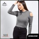 La textura proveída de costillas cuello alto trata los suéteres del puente con frialdad para las mujeres