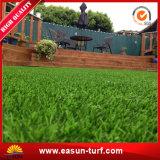 Hierba artificial cerca del jardín para el jardín