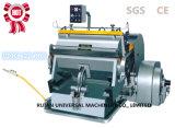Máquina que arruga y que corta con tintas de la cartulina