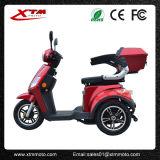 O pedal ajudou ao triciclo elétrico da mobilidade de três rodas