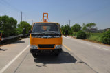 난간 임명 트럭은 포스트 망치를 가진 도로 안전 방벽을 설치한다