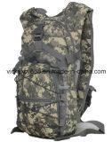 Les femmes camouflent des sports en plein air faisant un cycle s'élever augmentant le sac militaire (CY3616)