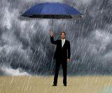 رجال عمل يطوى مظلة معدن طرف كبيرة زرقاء مظلة ترقية