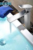 Golpecito caliente y frío de la válvula del mezclador de cerámica del lavabo de China (BM-A10025W)