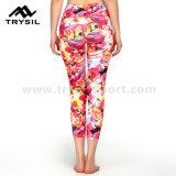 Ghette di sport delle donne che eseguono i pantaloni di forma fisica e di yoga di usura